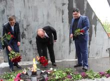 Ծաղիկներ և խոնարհում՝ Հայրենական մեծ պատերազմում և Արցախի ազատամարտում հանուն հայրենիքի իրենց կյանքը զոհաբերած հերոսների հիշատակին